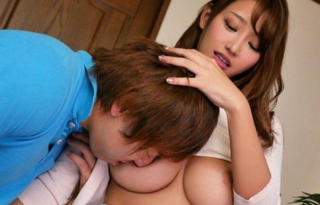 「おっぱい好きにしていいよw」爆乳おっぱいの淫乱お姉さんが誘惑!膣内発射OKの美女と即ハメセックスを激写w