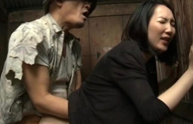 「やばぁいもっとぉぉ」淫乱痴女の熟女妻が公衆便所で犯され寝取られる一部始終をハメ撮りした熟女ドラマを激写w