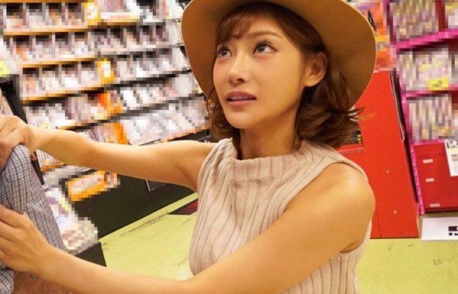 明日花キララがファンの男性を逆ナンパ!お店で即ハメセックスで魅了す淫乱痴女のお姉さんをハメ撮り激写w