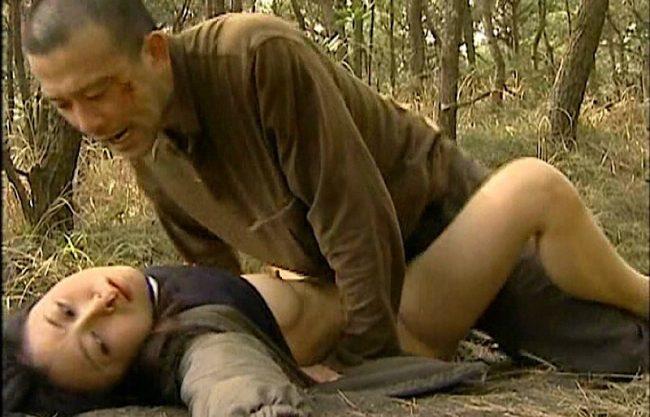〔ヘンリー塚本〕野外で強姦レイプ!野外で襲われるNTRセックスw抵抗できずに寝取られる姿をハメ撮りした熟女ドラマ!