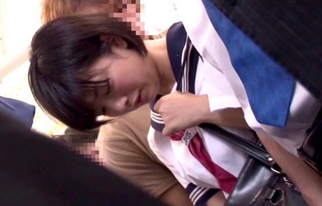 〔痴漢電車〕『おねがいやめてぇぇ』制服姿の美少女が車内でレイプされる姿を激写wエッチな行為を撮影w