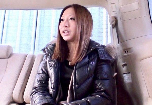 【熟女ナンパ】淫乱痴女の美人妻と濃厚セックスw車内でのエッチな行為を激写!