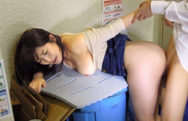 【レイプ×人妻】スレンダーな激カワ美人妻が寝取られエッチwポロリおっぱいに発情した男に寝取られる主婦をハメ撮り激写w