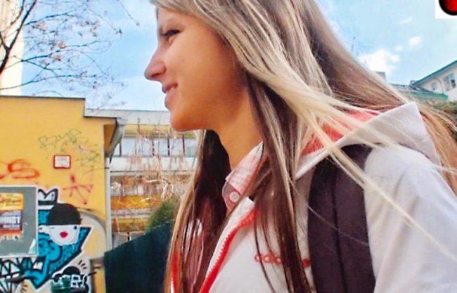 〔外人ナンパ企画×白人〕爆乳おっぱいのロシア人を口説いて即ハメエッチw犯され寝取られる激カワ制服姿の白人を激写!