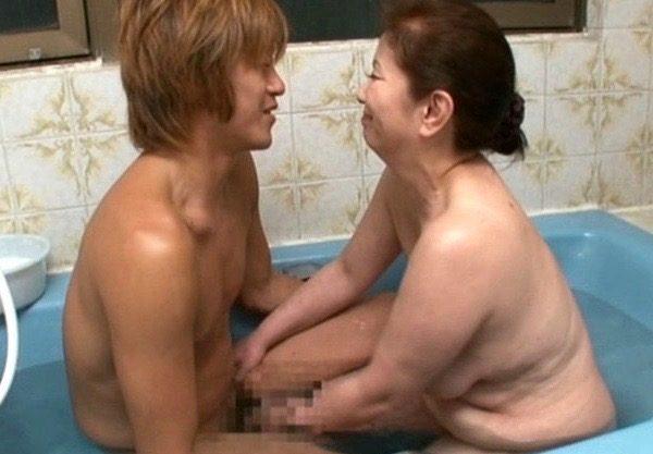 【母子相姦】爆乳おっぱいの巨尻!おばさんのエッチなご奉仕を撮影wお風呂でパイズリする主婦を激写!