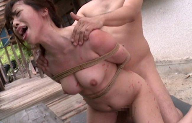 【野外×緊縛】「いぐぅうぅ」野外で犯され感じるお姉さんw変態美女の青姦セックスをハメ撮りw縛られた状態でのセックスを激写