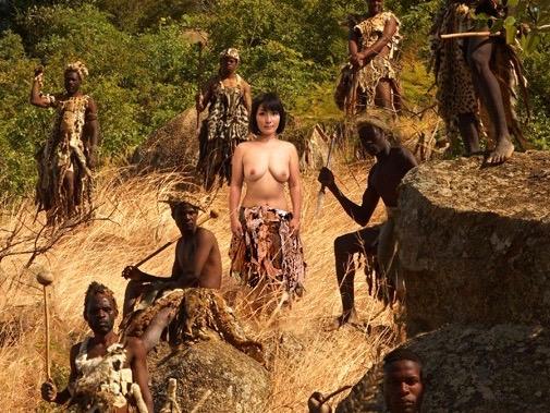 〔露出×黒人〕原住民の黒人童貞と野外でハードセックスw犯され膣内発射される熟女ナースをハメ撮り激写w