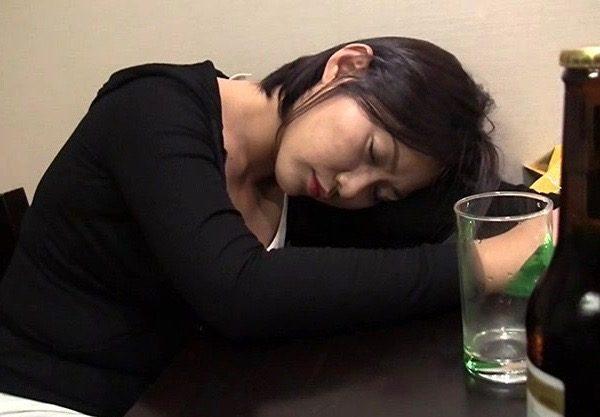 〔泥酔セックス〕韓国人お姉さんを泥酔させてホテルで即ハメ!勝手に肉棒をオマンコに挿入し気づかないふりして腰振りまくりw