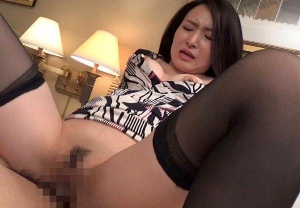 〔素人ナンパ〕セレブ人妻を口説いてエッチ♡美乳美脚のお姉さんがエロい立ちバック!中出しセックスをハメ撮り!