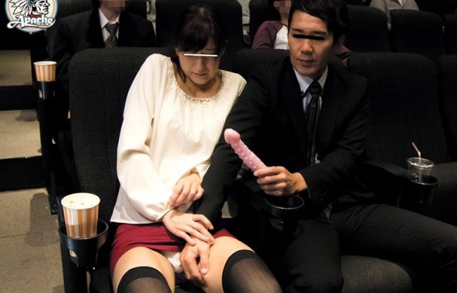映画館でうぶな娘に痴漢♡声も出せない状況で喘ぎ声が漏れ勃起チンポを自ら挿入する姿を激写!