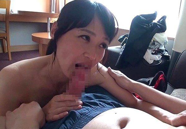 美熟女妻がチ〇ポに舌鼓をし濃厚セックスでヨガリ狂う姿を激写!