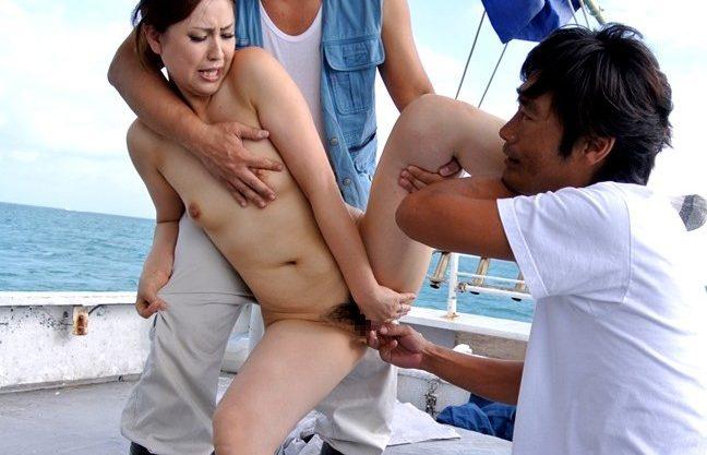 〔近親相姦〕海の上でのセックス♡野外セックスで犯される熟女お母さんをハメ撮りしたエロ動画