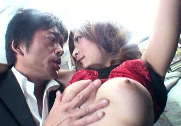 〔人妻×NTR〕美巨乳の主婦♡敏感過ぎて拒めない若妻を襲ってエッチする姿を激写したエロ動画